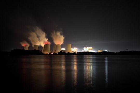 Kuehltuerme eines Kohlekraftwerks bei Nacht