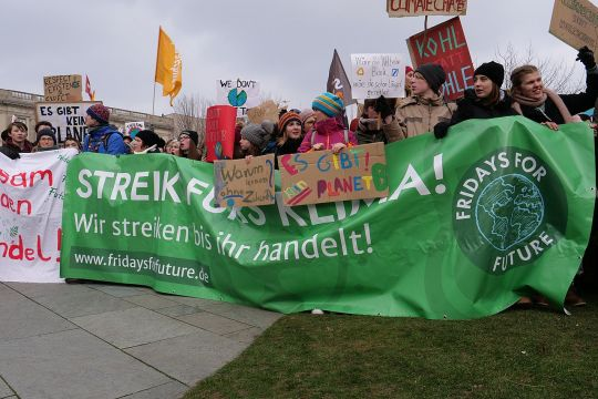 "Fridays-for-Future-Demonstration mit Transparent: ""Streik fürs Klima! Wir streiken, bis ihr handelt!"""