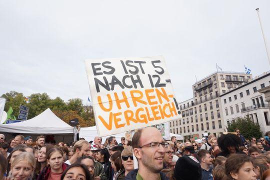 Auf einer Fridays-for-Future-Demonstration hält einer ein Schild hoch: