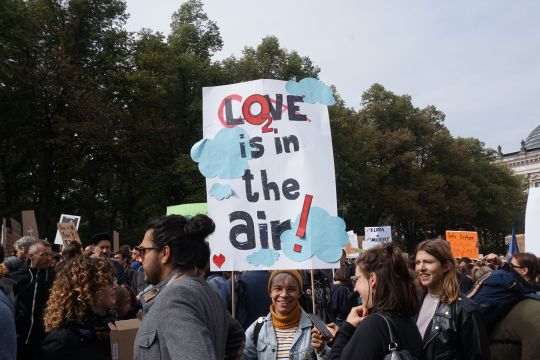 "Demonstrierende mit Plakat ""CO2 is in the air"""
