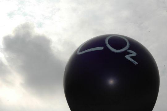 Ein schwarzer Ballon mit der Aufschrift