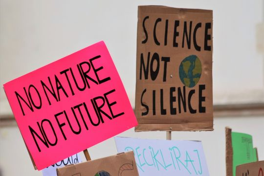 "Farbige Demonstrationsschilder: ""No nature, no future"" – ""Science not slilence"""