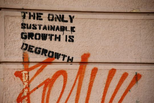 "Graffito mit Aufschrift: ""The only sustainable growth is degrowth"""